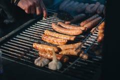 Worsten bij barbecue worden gekookt - Straatvoedsel dat Royalty-vrije Stock Fotografie