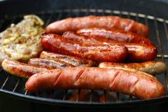 Worsten en vlees op de grill-barbecue royalty-vrije stock fotografie