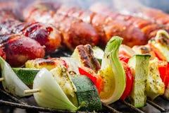 Worsten en vleespennen op de grill royalty-vrije stock foto's