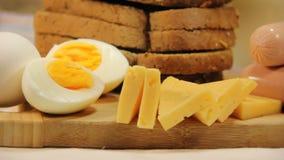 Worsten, kaas, brood, ei op de lijst stock footage
