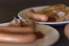 Worsten met gebraden aardappels op een plaat, een deel van ontbijt i Royalty-vrije Stock Foto's