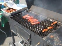 Worsten op een BBQ grill Stock Afbeelding