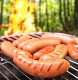 Worsten op een grill. Stock Afbeelding