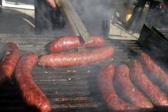 Worsten op een grill Braadworst op een barbecue BBQ Geroosterde worsten op bbq Geroosterde vleesworsten op een barbecue Snel Voed stock afbeelding