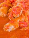 Worsten in tomatensaus. Stock Afbeelding