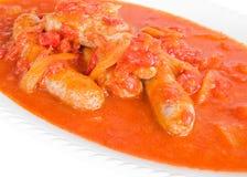Worsten in tomatensaus. Stock Foto