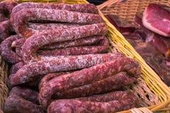 Worsten van droog varkensvleesvlees in een mand Royalty-vrije Stock Afbeelding