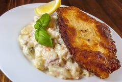 Worstjeschnitzel met aardappelsalade stock fotografie