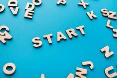 Wort-Anfang auf blauem Hintergrund Stockbild