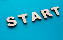 Wort-Anfang auf blauem Hintergrund Lizenzfreie Stockbilder