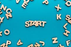 Wort-Anfang auf blauem Hintergrund Lizenzfreies Stockfoto