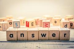 Wort ` Antwort ` hölzernes Kubik auf dem Holz Stockfotografie