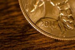 2011 (Wort) auf Goldbüffel-Münze Vereinigter Staaten Stockfoto