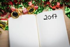 Wort 2017 auf Notizbuch mit Dekoration des neuen Jahres für neues Jahr holi Stockbilder