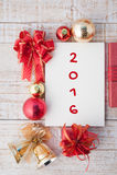 Wort 2016 auf Notizbuch und Weihnachtsgeschenkbox mit den Dekorationen Stockbild