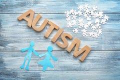 Wort ` Autismus` und -puzzlespielstücke Lizenzfreie Stockbilder