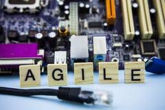 Wort BEWEGLICH auf den Holzklötzen mit Computertechnologie mainboard Hintergrund IT-Konzeptbildhintergrund stockfotos