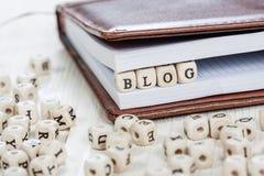 Wort BLOG auf altem Holztisch Stockfoto