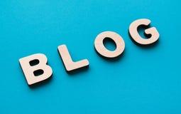 Wort-Blog auf blauem Hintergrund Stockfotografie