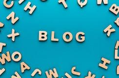 Wort-Blog auf blauem Hintergrund Stockfotos