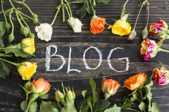 Wort-Blog mit mehrfarbigen Rosen Stockbilder