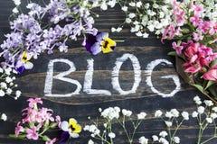Wort-Blog mit verschiedenen Frühlings-Blumen Stockfoto