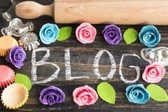 Wort-Blog mit Zubehör für Kuchen Stockfotos