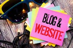 Wort, Blog-Website schreibend Geschäftskonzept für das Blogging Sozialnetz geschrieben auf klebrige Anmerkung mit Kopienraum auf  Stockbild