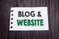 Wort, Blog-Website schreibend Geschäftskonzept für das Blogging Sozialnetz geschrieben auf klebriges Briefpapier auf dem dunklen  Stockfoto