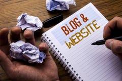 Wort, Blog-Website schreibend Konzept für das Blogging Sozialnetz geschrieben auf Notizbuchnotizblockbriefpapier auf dem hölzerne Lizenzfreies Stockfoto