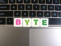 Wort-Byte auf Tastaturhintergrund stockfotos