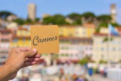 Wort Cannes im Vieux-Hafen in Cannes, Frankreich Lizenzfreie Stockfotografie