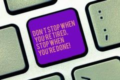 Wort, das Halt Text Dons T wenn Sie müder Rehalt wenn Sie Re getan schreibt Geschäftskonzept, damit Motivation Tastatur beendet lizenzfreies stockbild