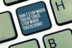Wort, das Halt Text Dons T wenn Sie müder Rehalt wenn Sie Re getan schreibt Geschäftskonzept, damit Motivation Tastatur beendet lizenzfreie stockfotografie