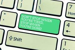 Wort, das Halt Text Dons T wenn Sie müder Rehalt wenn Sie Re getan schreibt Geschäftskonzept, damit Motivation Tastatur beendet lizenzfreie stockfotos