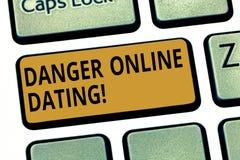 Wort, das online datierende Text Gefahr schreibt Geschäftskonzept für das Risiko der Sitzung oder der Datierung, Treffen online d stockfotos
