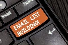 Wort, das Text E-Mail-Listen-Gebäude schreibt Geschäftskonzept für erlaubt Verteilung von Informationen analysisy Internetnutzern stockfotos