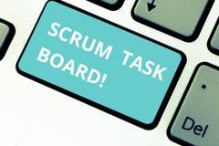 Wort, das Text Gedränge-Aufgaben-Brett schreibt Geschäftskonzept für Sichtanzeigenfortschritt des Teams während der Aufgabe oder  lizenzfreie stockbilder