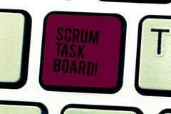 Wort, das Text Gedränge-Aufgaben-Brett schreibt Geschäftskonzept für Sichtanzeigenfortschritt des Teams während der Aufgabe oder  lizenzfreies stockfoto
