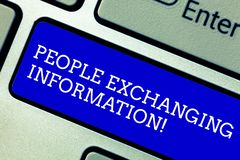 Wort, das Text Leute austauschen Informationen schreibt Geschäftskonzept für die Vermittlung von Informationen von einer zu einer stockfoto