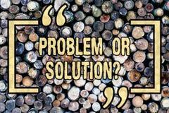 Wort, das Text Problem oder Solutionquestion schreibt Geschäftskonzept für Think lösen die Analyse, welche die hölzerne Schlussfo stockbild