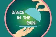 Wort, das Text Tanz in den Regen schreibt Geschäftskonzept für Enjoy das glückliche Tanzen HU der regnerischer Tageskindischen Tä lizenzfreie abbildung