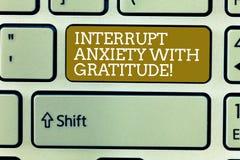Wort, das Text Unterbrechungs-Angst mit Dankbarkeit schreibt Geschäftskonzept für ist dankbar und betonte weniger heraus Taste stockbild