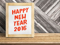 Wort des guten Rutsch ins Neue Jahr 2016 auf hölzernem Rahmen auf Tabelle und diagonalem Winkel des Leistungshebels Lizenzfreies Stockbild