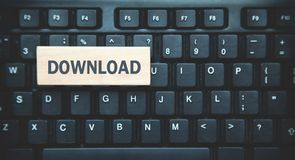 Wort-Download auf Holzklotz Schwarzer Tastaturhintergrund lizenzfreie stockfotos