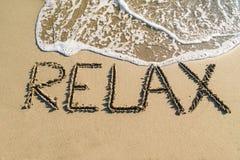 Wort entspannen sich auf Strand stockfotos