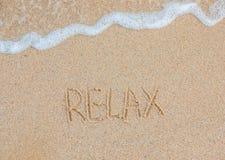 Wort entspannen sich handgeschriebenes auf sandigem Strand kleines Auto auf Dublin-Stadtkarte Sommerzeitferien lizenzfreie stockbilder