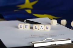 Wort EU-GESETZ, das aus hölzernem besteht, würfelt lizenzfreies stockbild