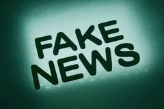 Wort ' Fälschung news' stockfotos