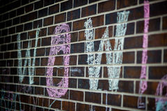 Wort FAHRWERK AM BODEN geschrieben in Kreide auf Backsteinmauer Stockfoto